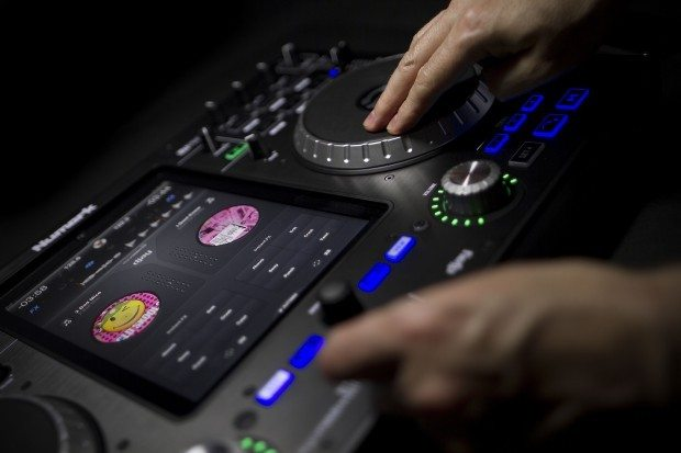 Numark IDJ Pro iOS iPad DJ Controller (6)