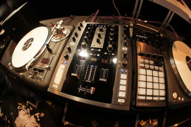 Native Instruments Traktor Kontrol Z2 Mixer controller demo BPM 2012