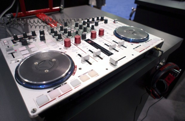NAMM 2013 Vestax VCI-400 Serato DJ VCI-380 red (1)