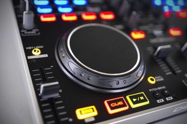 Denon DJ MC2000 Controller Serato DJ Intro (12)