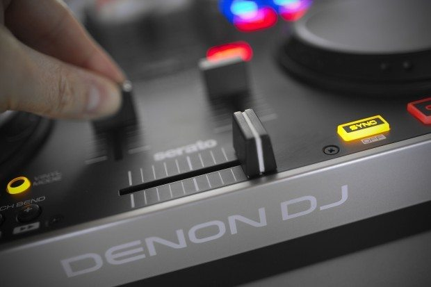Denon DJ MC2000 Controller Serato DJ Intro (10)