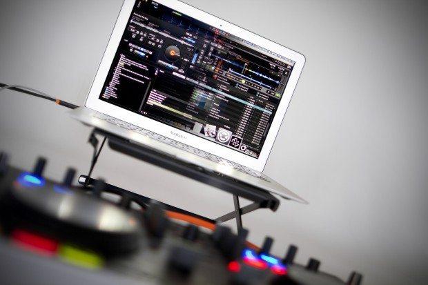 Denon DJ MC2000 Controller Serato DJ Intro (1)