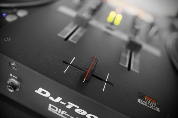 DJ Tech DIF-1S Scratch Mixer with mini innofader review (7)