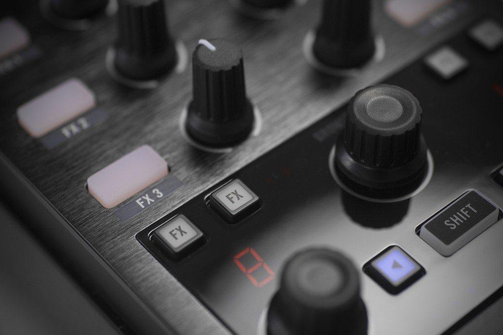 Native Instruments Traktor Kontrol X1 MK2 DJ Controller Review (13)