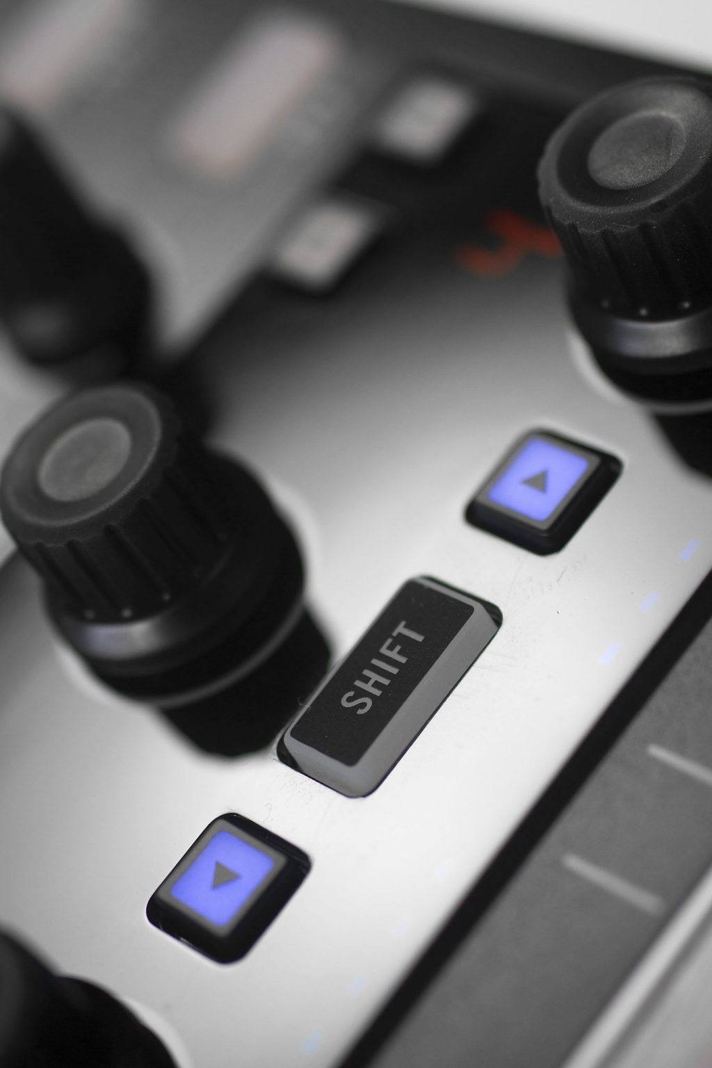 Native Instruments Traktor Kontrol X1 MK2 DJ Controller Review (11)